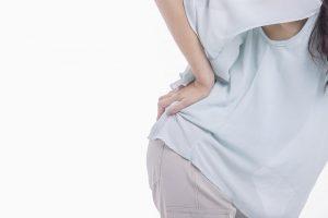 「混合型」脊柱管狭窄症の症状~お尻から足裏に痛みや違和感、排尿・排便障害も
